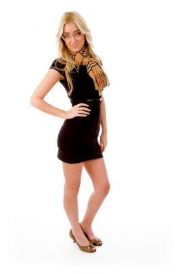בחורה בשמלה שחורה קטנה