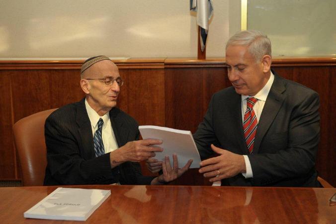 """השופט אדמונד לוי מגיש את דוח הוועדה לראש הממשלה (צילום: לע""""מ)"""