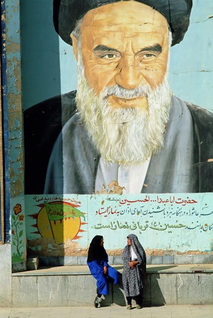 דיוקנו של אייתוללה ח'ומייני ניבט מציור הקיר בעיר איספהאן (Photonica World/Bruno Morandi)