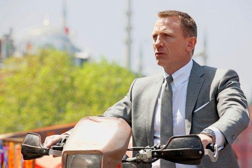 דניאל קרייג לובש חליפת בריוני ועונד שעון אומגה בסרט החדש מסדרת ג