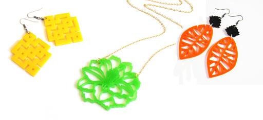 """עגילי עלים אבסטרקטיים בכתום, שרשרת פרח ירוק, עגילים ריבועים צהוב בהשראה גיאומטרית. צילום: יח""""ץ. ניתן להשיג בסטודיו """"בארוניקא"""" ובחנויות נוספות. www.baronyka.com"""