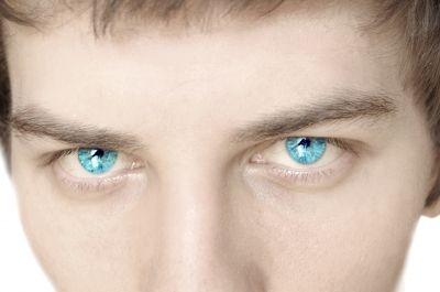אני מרגישה פתאום מין דגדוג כזה של עיניים שננעצות בי