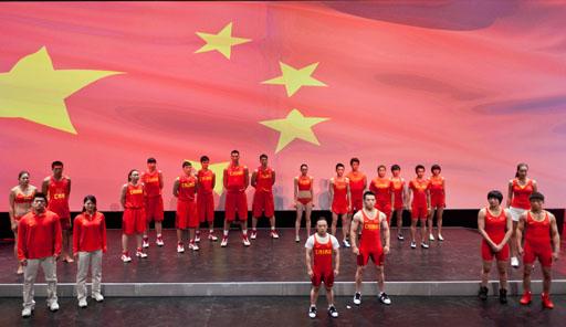 הנבחרת האולימפית הסינית מציגה את המדים שעוצבו על-ידי נותנת החסות נייקי. צילום ל