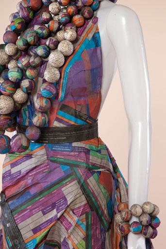 בוהמיין שיק לאישה הסוערת שמלת מקסי בגזרה רחבה ומחרוזות ענק מעיסת נייר. עיצוב: שרין זקן וענת כוכבא. צילום: תמי דהן