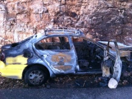 """המונית הפלסטינית השרופה לאחר הפיגוע (צילום: דובר משטרת מחוז ש""""י)"""
