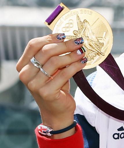 לורה טרוט, רוכבת האופניים הבריטית זוכת שתי מדליות זהב בלונדון 2012, מדגימה את אופנת הציפורניים הפטריוטיות. שימו לב גם לצמיד. צילום: ADIDAS