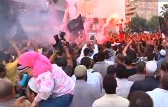 המון תוקף בשגרירות בבנגאזי (מקור: יו טיוב)
