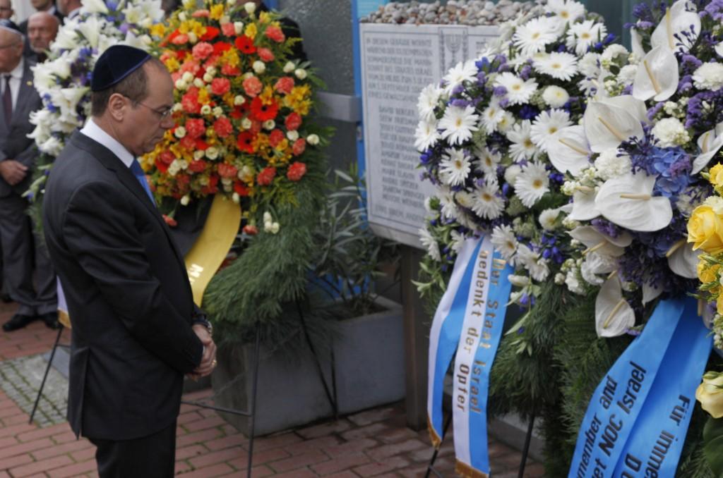 השר סילבן שלום בטכס הזיכרון ל-11 הספורטאים. (צילום: באדיבות לשכת השר שלום)