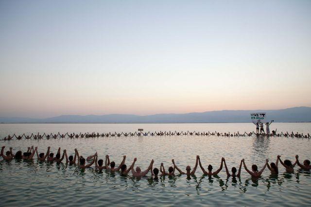מניפים ידיים למען ים המלח ההולך ונעלם. (צילום: דור נבו)