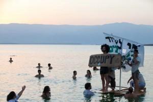 """פעילי מגמה ירוקה השיטו ספינת שודדי פיראטיים כנגד מה שהם כינו """"שודדי ים המלח האמיתיים"""". (צילום: דור נבו)"""