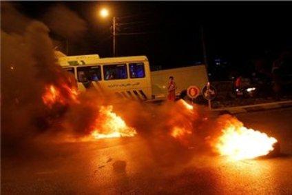 צמיגים בוערים על כביש 57. מחאה פלסטינית (צילום: סוכנות מען)