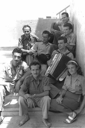 להקת הצ'יזבטרון בספטמבר 1949. חיים חפר יושב בשורה התחתונה בין נעמי פולני לגדעון זינגר (צילום: ויקימדיה)