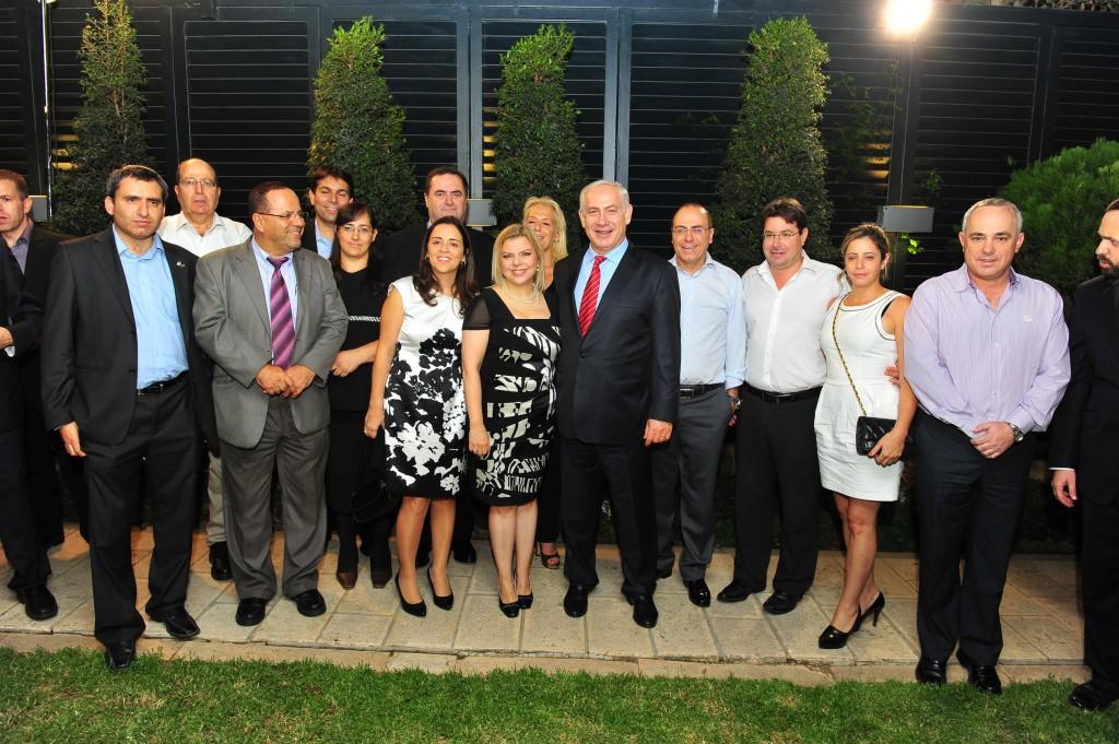 תמונה קבוצתית עם ראש ממשלה וגברת ראש ממשלה והחברים