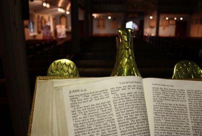 במקום שבו קורעים את הברית החדשה מציתים את מנזר לטרון