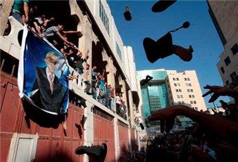 מפגינים מול משרדו של פיאד (צילום: סוכנות מען)
