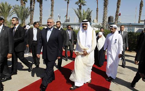 שליט קטאר מבקר בעזה: העניק לחמאס 400 מיליון דולר