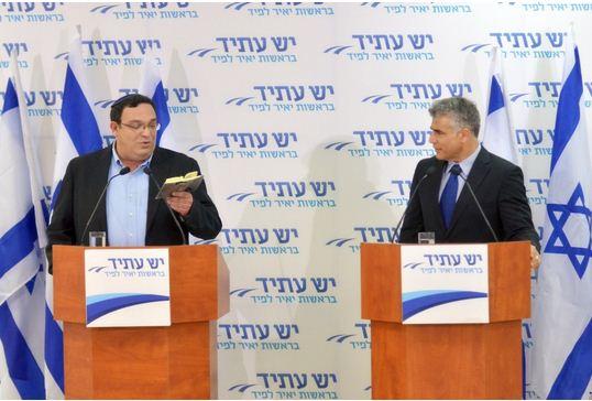 """יאיר לפיד והרב שי פירון, במסיבת העיתונאים היום (מתוך אתר """"יש עתיד"""")"""