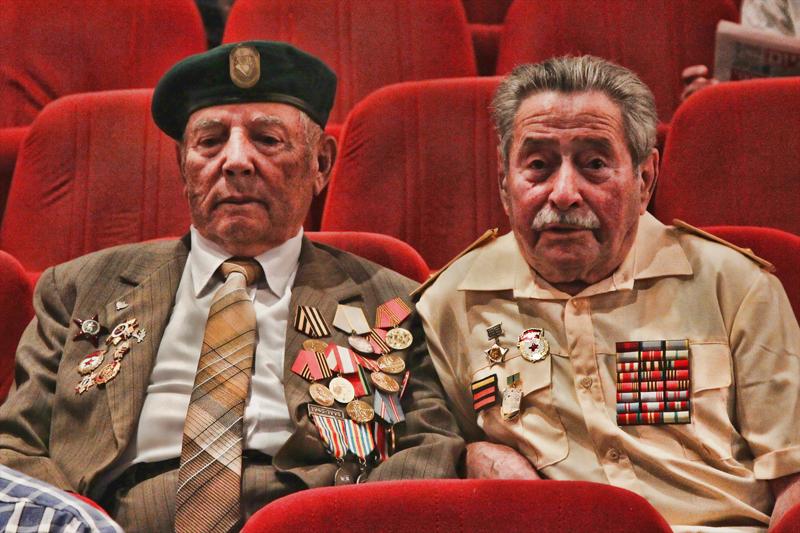 קשישים עטורי מדליות (צילם: דן בר-דוב)