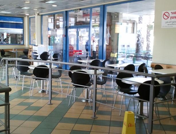 רוב החנויות בקניון סגורות  (צילום: איילת מריה מיטש)