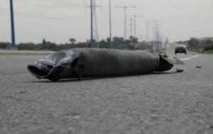 גווית רקטה על הכביש (צילום: משטרת ישראל)