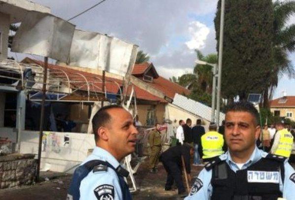 פגיעה שנייה בנתיבות. הבית שנפגע במתקפת הרקטות הבוקר (צילום: משטרת ישראל)