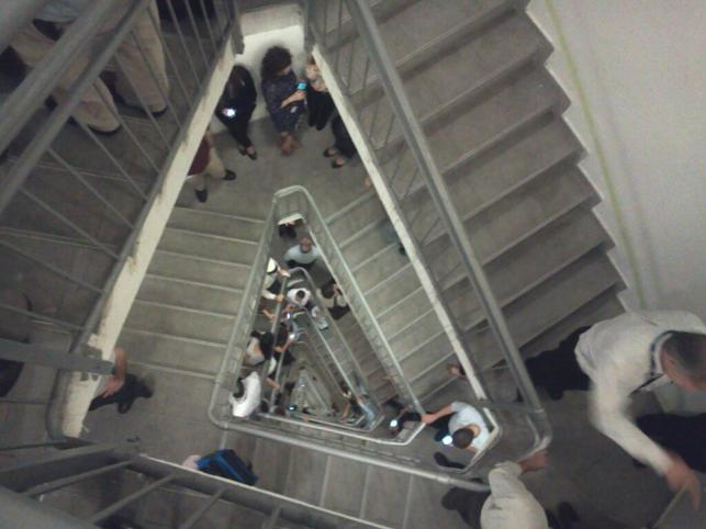 המדרגות בבנייני עזריאלי ברגעי האזעקה (צילום: רחל זיונץ)