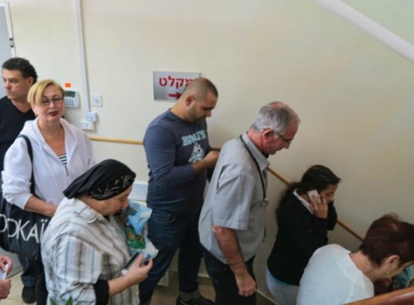 יורדים למקלטים בתל אביב (צילום: דן בר דוב)