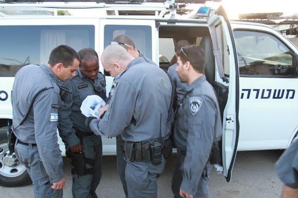 שוטרים מבצעים מעצרים בנווה יעקב (צילום: משטרת ישראל)