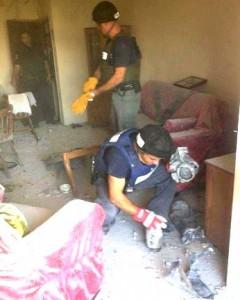 שוטרים בדירה שנפגעה בבניין באשקלון (צילום: משטרת ישראל)