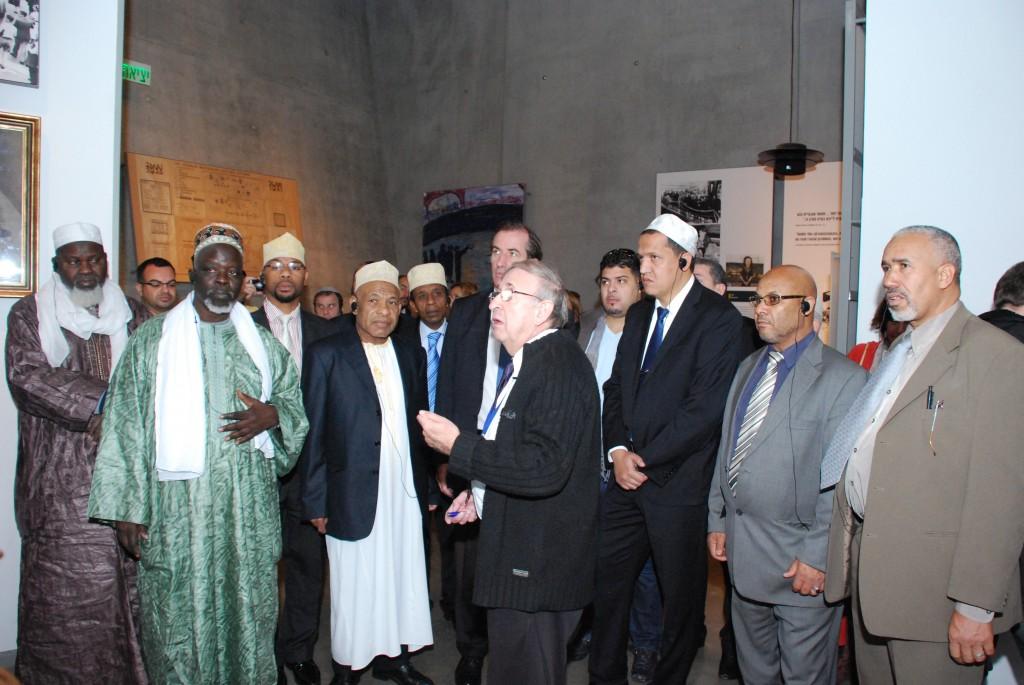 """משלחת האימאמים ביד ושם. """"אף דת לא מצדיקה הרג"""". (צילום: באדיבות יד ושם)"""
