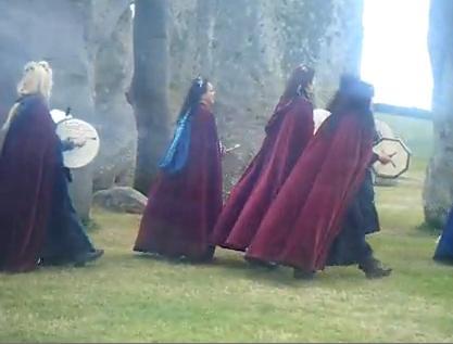 שחזור היסטורי של טקסים פגאניים בסטונהנג'. כוהנים דרואידים בגלימות בצבע אוקסבלאד.