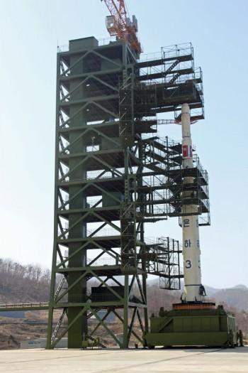 הצלחה לצפון קוריאה: שיגרה טיל עם לוויין לחלל