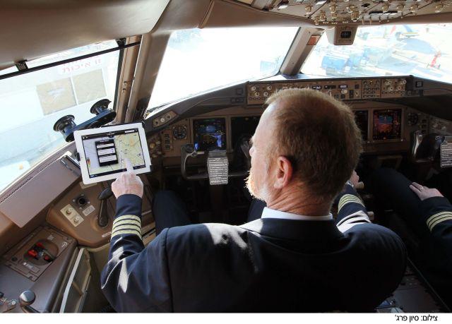 טייס עם האייפד החדש. יאפשר גישה מיידית לכל המידע