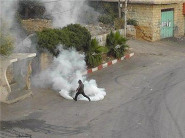 רימוני גז בבית אומר (צילום: סוכנות מען)