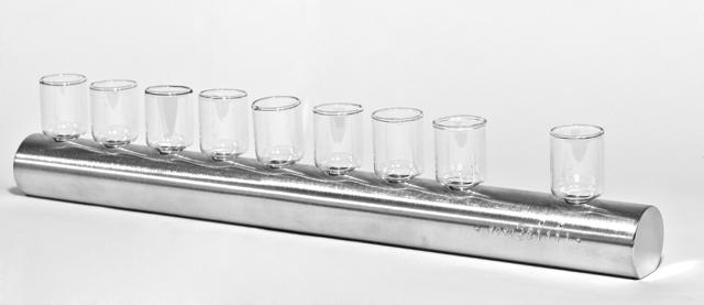 """חנוכית גליל עשויה אלומיניום מעובד ידנית. עיצוב: יוריני לסטודיו יויו32. מחיר: 930 ש""""ח. צילום: אבישי פינקלשטיין"""