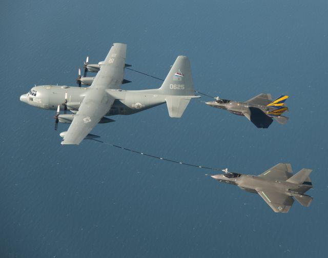 תידלוק באוויר של שני מטוסי F-35C לייטנינג II בו זמנית. (צילום: לוקהיד מרטין)
