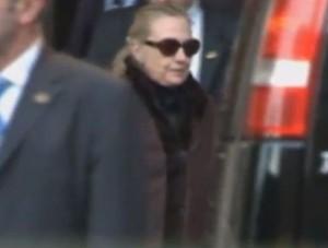 הילארי קלינטון בצאתה מבית החולים (מקור: יו טיוב)