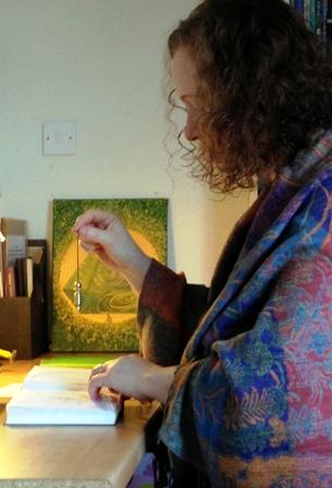 רות ווב-קריל בעבודה (צילום: עמנואל ווב)