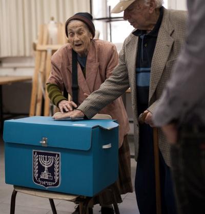 משכימי המצביעים בתל אביב (צילום: ליאור גרונדמן)