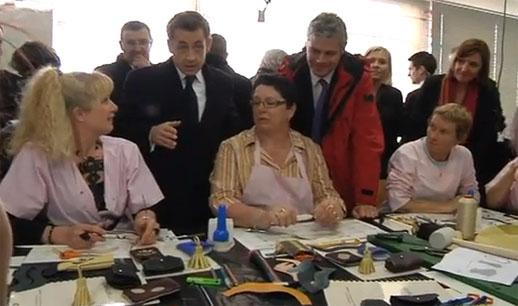 """הנשיא דאז, ניקולא סרקוזי, מבקר את """"נשות החזייה"""""""