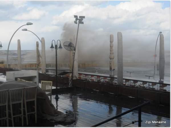 רוחות עזות  וגלים גבוהים בנמל תל אביב (צילום: ציפי מנשה)