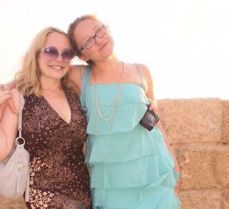 """יאנה ואני. יאנה בשמלת קומות כחלחלה מ""""רנואר"""" קולקציית 2012. צילום: אלכסנדר עברי"""