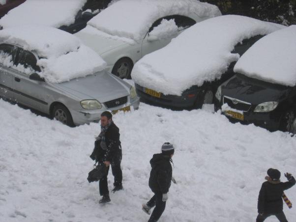 ירושלמים נהנים בשלג (צילום: אורה כץ עריף)
