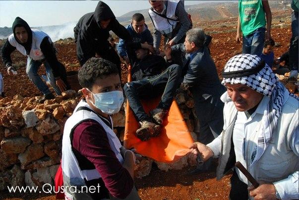 הפלסטינים מפנים פצוע מהשטח (צילום: קוסרה נט)