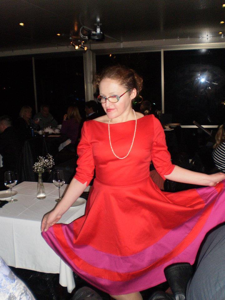 לא ממש מיני אבל עדיין קצר והורס: יאנה בשמלה אדומה מהקולקציה של ליאת דהן 2012. צילום: אריאלה (גויכמן) גארבר.