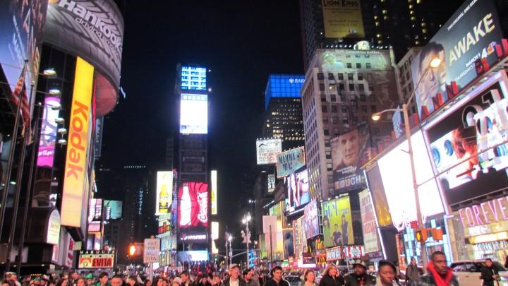 ככר טיימס - הטיימס סקוור - בניו יורק. גט טקסי מספקת לראשונה ללקוחותיה בתפוח הגדול אפשרות הזמנת רכב נוחה ומיידית בלחיצת כפתור ותשלום בכרטיס אשראי ללא עמלת סליקה.  (צילום: צבי זינגר)
