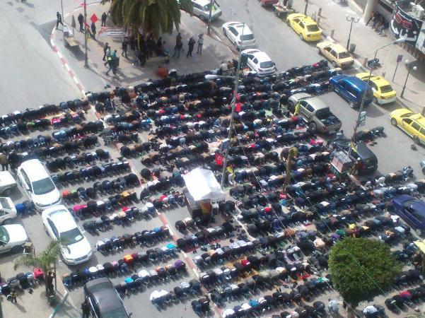 """תפילה המונית בשכם לפני פרוץ המהומות היום (צילום: אתר """"שומרי אל אקצא"""")"""