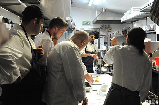 הדרכת שפים במטבח על-ידי טיירי מקס (צילום: יולה זובריצקי)