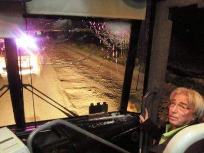 השמשה המנופצת באוטובוס שנרגם באבנים על כביש עומר-תל שוקת בפברואר השנה(צילום: אורית שטינקר, סוסיא)