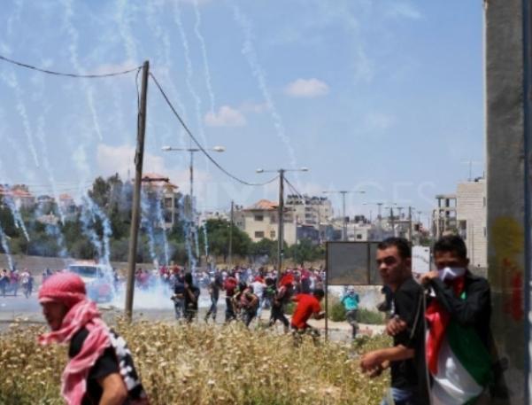ירי רימוני גז ליד כלא עופר בהפגנות הזדהות עם האסירים (צילום: PNN)
